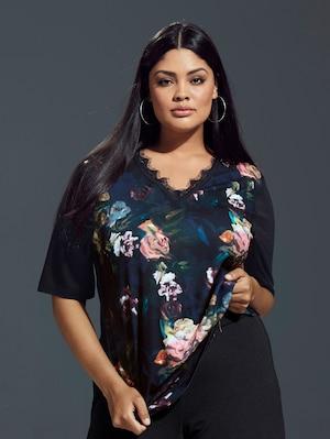 Ulla Popken Shirtbluse mit feiner Spitze und edlem Rosendruck - Große Größen