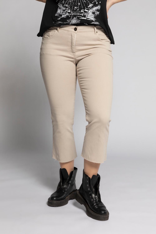 Cropped flared jeans. 7/8 lengte met uitlopende rafels onderaan de pijpen. 5 pocket met knoop en zipper. ...